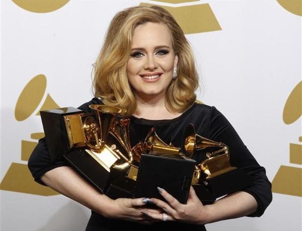 a-cantora-adele-segura-seus-seis-premios-grammy-na-54-cerimonia-anual-do-grammy-awards-em-los-angeles-california-1329134878333_615x470